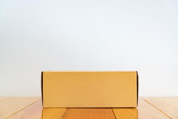 Lege bruin kartonnen doos op houten tafel