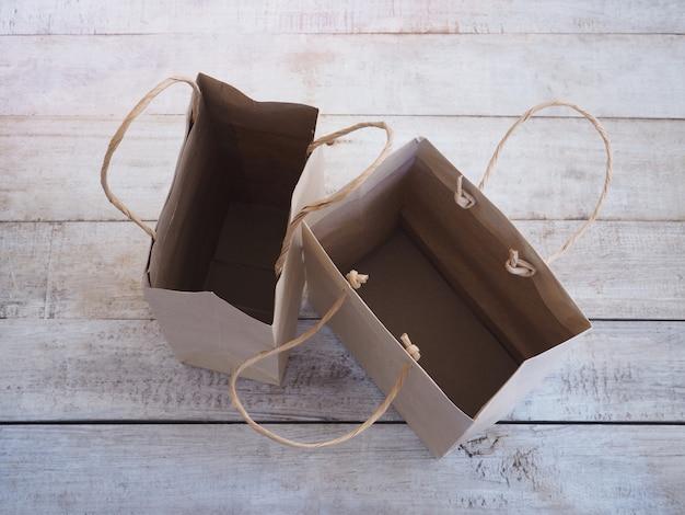 Lege bruine boodschappentas op hout