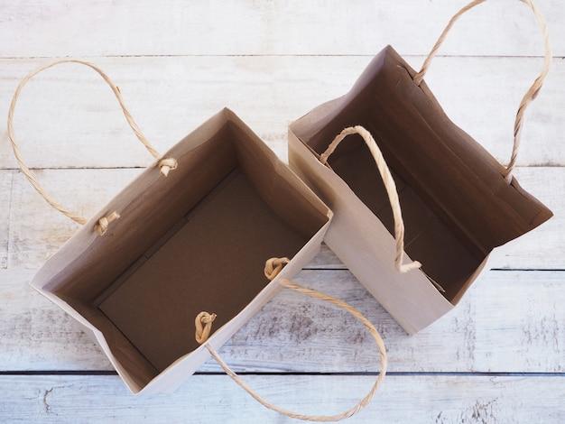 Lege bruine boodschappentas op houten achtergrond