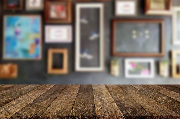 Lege bruine houten tafel en coffeeshop of restaurant