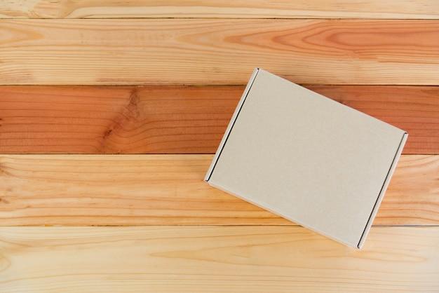 Lege bruine kartonnen doos op hout