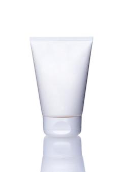 Lege buis crème geïsoleerd op een witte achtergrond