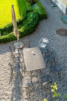Lege buitenpatio stoel en tafel