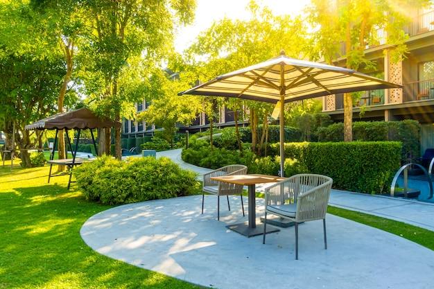 Lege buitenterras stoeldecoratie in de tuin