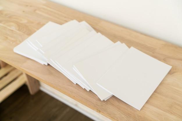 Lege catalogi op houten tafel