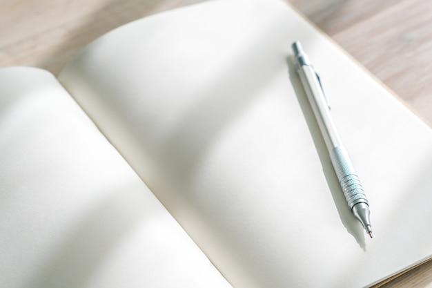Lege catalogus, tijdschriften, boek mock up met pen op houten achtergrond.