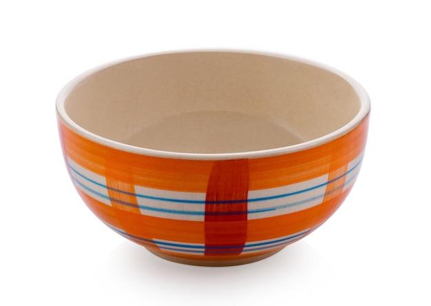 Lege ceramische kom die op wit wordt geïsoleerd