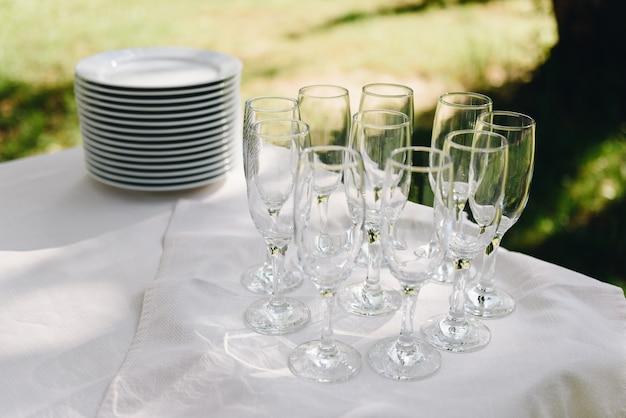 Lege champagneglazen op een tafel