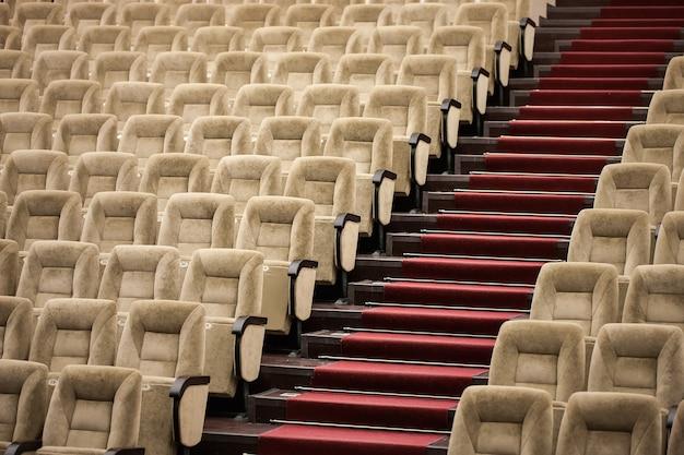 Lege comfortabele stoelen in het theater
