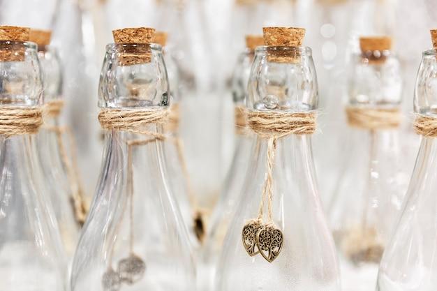 Lege decoratieve glazen flessen. detailopname.
