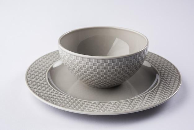 Lege designer witte of grijze serveerschaal in kleine plaat, geïsoleerd op witte of grijze achtergrond