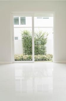 Lege deur in de woonkamer interieur achtergrond