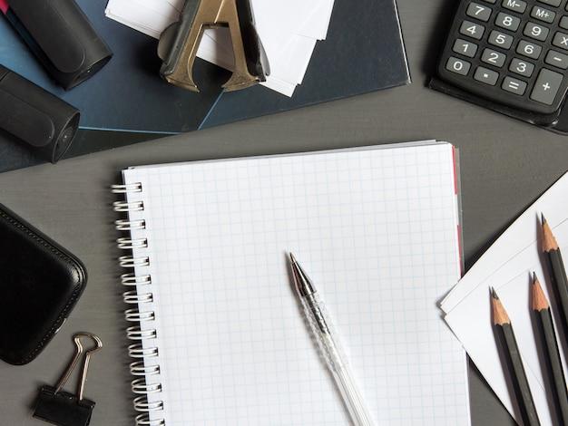 Lege die kantoorbehoeften op document achtergrond wordt geplaatst. huisstijl sjabloon.