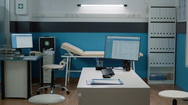 Lege dokterspraktijk met medische apparatuur en computer