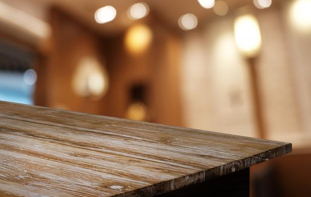 Lege donkere houten tafel voor abstracte wazig bokeh achtergrond van restaurant.