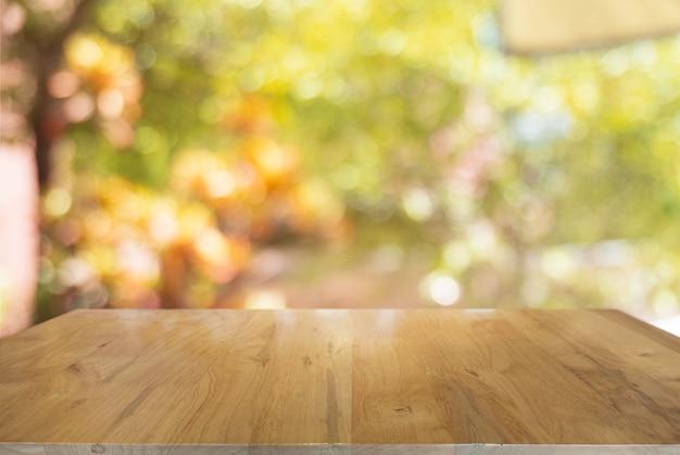 Lege donkere houten tafel voor abstracte wazig bokeh