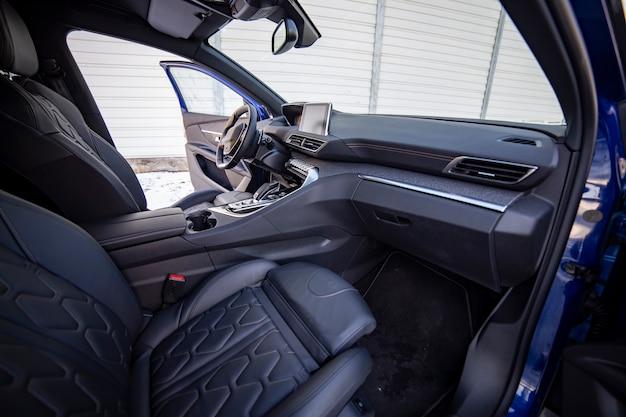 Lege donkere moderne auto-interieur voorstoel