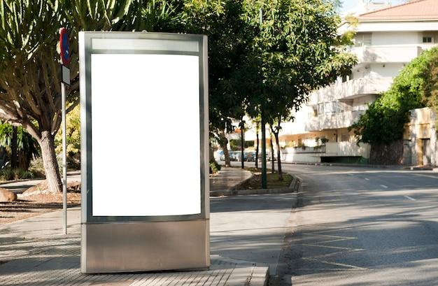 Lege elektronische reclameposter met leeg ruimtescherm voor uw sms-bericht of promotie