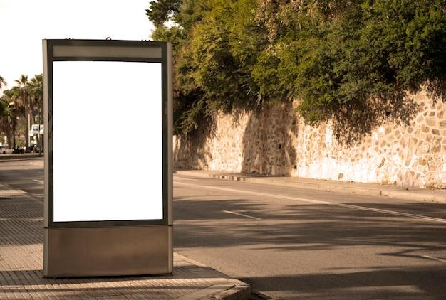 Lege elektronische reclameposter met leeg ruimtescherm voor uw sms-bericht of promotionele con