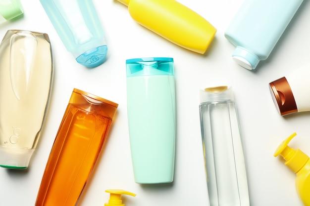 Lege flessen cosmetica op witte achtergrond