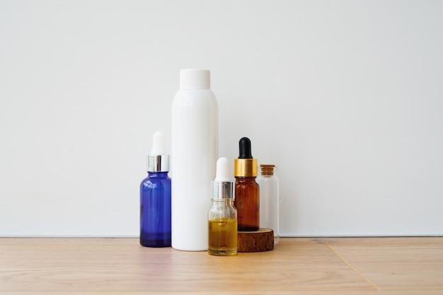 Lege flessen op een witte achtergrond. diy-cosmetica met natuurlijke ingrediënten