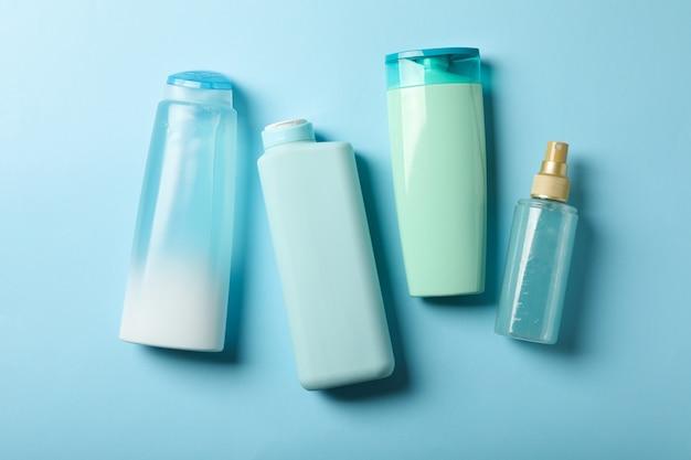 Lege flessen voor cosmetica op blauwe achtergrond