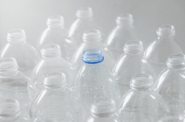 Lege flessen voor recycling, campagne om het gebruik van plastic te verminderen en de wereld te redden.