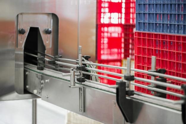 Lege flessentransporteur in de fabriek. apparatuur in de zuivelfabriek