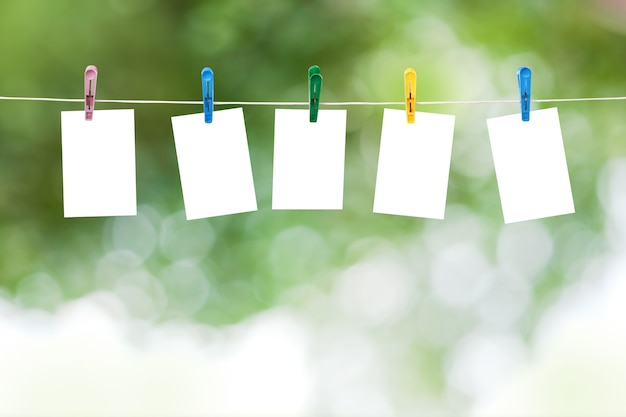 Lege foto's opknoping op een waslijn, zomer defocus achtergrond