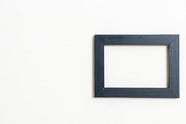 Lege fotolijst op witte muur