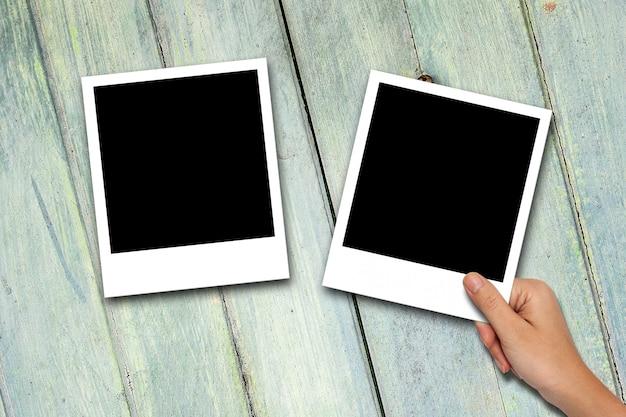 Lege fotolijsten op houten achtergrond