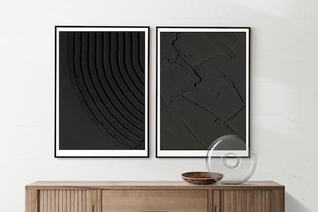 Lege fotolijstjes hangen in een minimalistische woonkamer