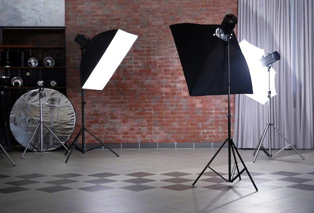 Lege fotostudio met verlichtingsapparatuur