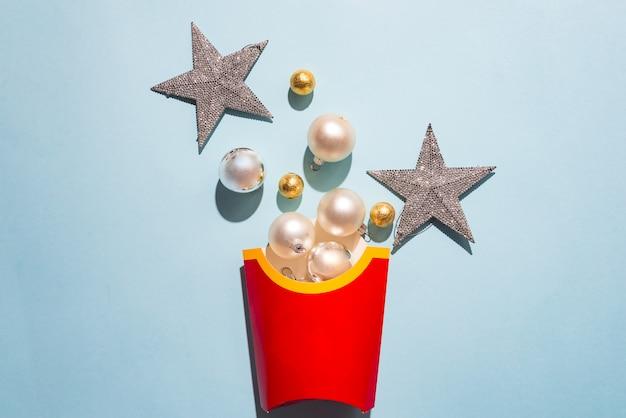 Lege frietendoos met de ballen van het witte nieuwjaar. concept bestel een maaltijd voor een kerst