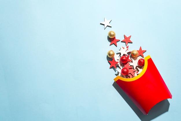 Lege frietendoos met de gekleurde houten sterren van het nieuwjaar