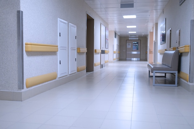 Lege gang op moderne medische kliniekachtergrond