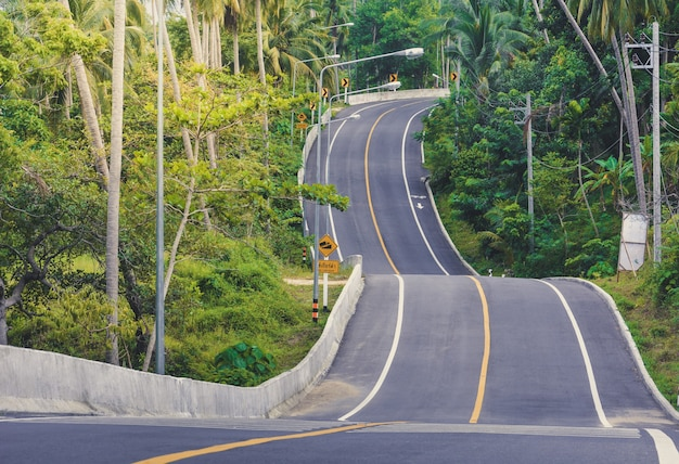 Lege gebogen asfaltweg naar een hoge berg in khanom district, provincie nakornsrithammarat, thailand