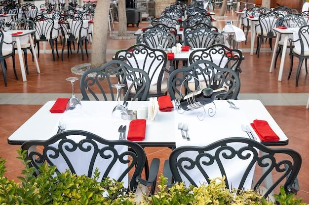 Lege gedekte tafel in een café in de open lucht