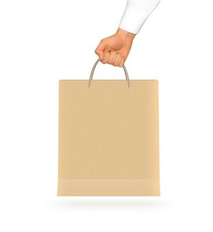 Lege gele papieren zak mock up in de hand houden.