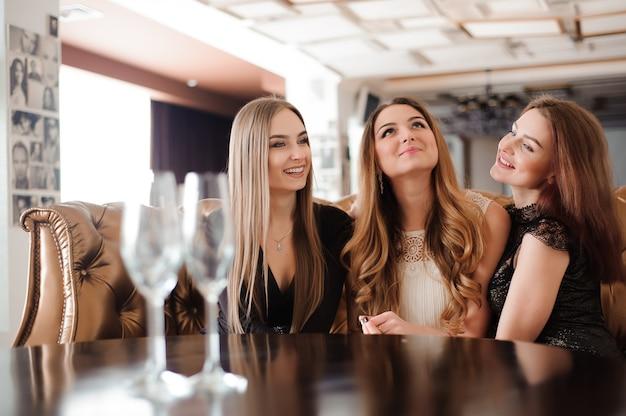 Lege glazen champagne op de achtergrond van de meisjes.