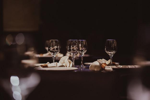 Lege glazen die in restaurant worden geplaatst