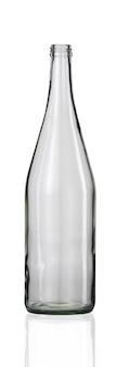 Lege glazen fles met een reflectie hieronder op een wit