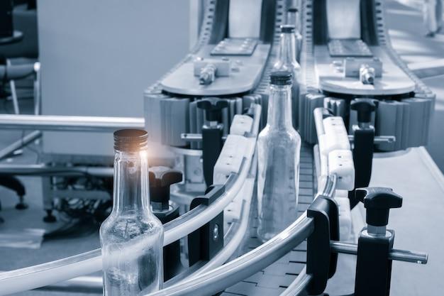 Lege glazen flessen op de transportband. fabriek voor het bottelen van alcoholische dranken. productie en botteling van alcoholische dranken concepy.