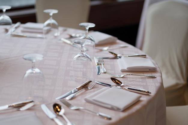 Lege glazen in restaurant, glas water