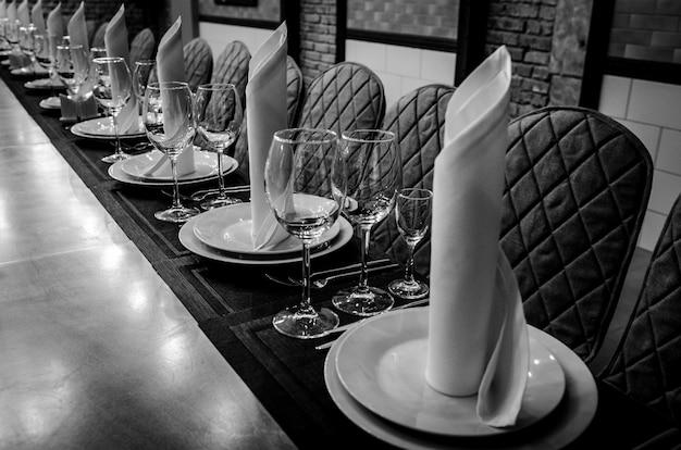 Lege glazen in restaurant. zwart en wit fotografie