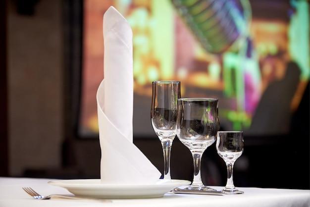 Lege glazen op de feestzaallijst. lijst het plaatsen voor een banket of een dinerpartij.