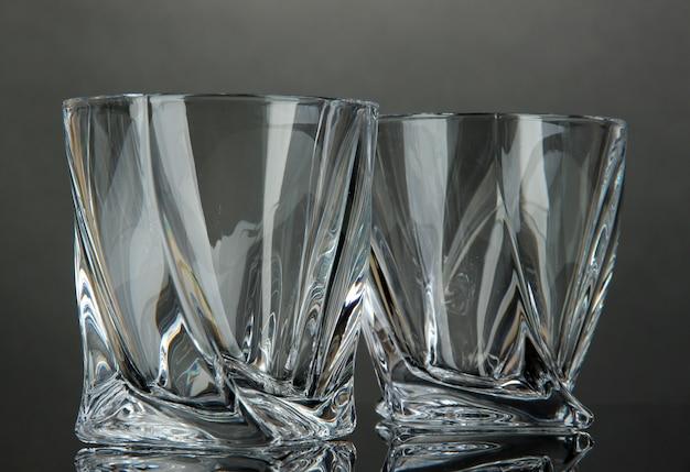 Lege glazen, op grijs oppervlak
