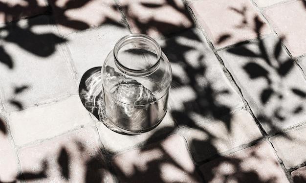 Lege glazen pot buitenshuis, zorg voor het milieu, vermijd plastic en geen afval