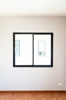 Lege glazen raam en deur in huis