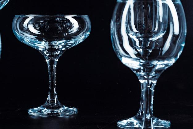Lege glazen voor drankjes op donkere achtergrond